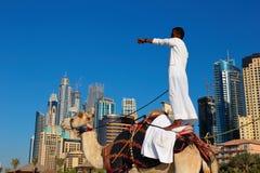Homme montant un chameau sur la plage Photos stock