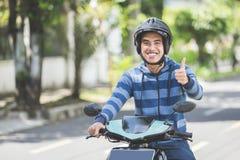 Homme montant un motorcyle ou une motocyclette images libres de droits