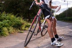 Homme montant un vélo photographie stock libre de droits