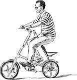Homme montant un vélo de ville Photographie stock libre de droits