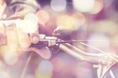 Homme montant un vélo Photos libres de droits