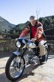 Homme montant une moto Photos stock