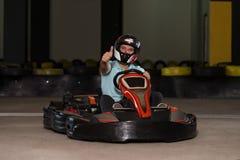 Homme montrant des pouces pour la course de Karting image libre de droits