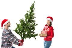 Homme montrant l'arbre de Noël à l'amie Image stock
