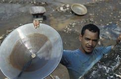Homme montrant l'or qu'il a trouvé en rivière du Marianne, Brésil Image libre de droits