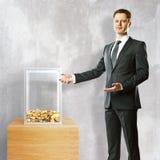Homme montrant la boîte de donation illustration libre de droits