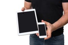 Homme montrant le comprimé contre le smartphone Photo libre de droits
