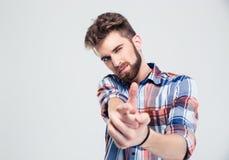 Homme montrant le geste d'arme à feu avec des mains Images stock