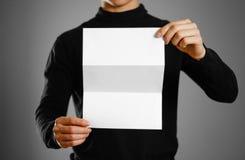 Homme montrant le livret blanc vide de brochure d'insecte Presenta de tract Photos stock