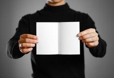Homme montrant le livret blanc vide de brochure d'insecte Presenta de tract Image libre de droits