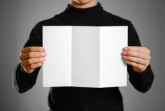 Homme montrant le livret blanc vide de brochure d'insecte Presenta de tract Image stock