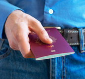 Homme montrant son passeport Images stock