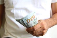 Homme montrant une diffusion d'argent liquide Photo stock
