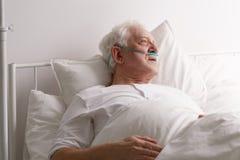Homme mourant dans le lit d'hôpital image stock