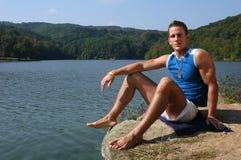 Homme musculaire à la plage image stock