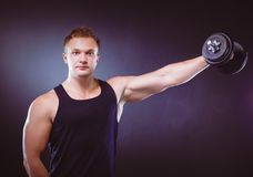 Homme musculaire bel établissant avec des haltères images stock