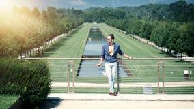 Homme musculaire bel posant dans le jardin de luxe européen images libres de droits