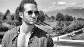 Homme musculaire bel posant dans le jardin de luxe europ?en photo libre de droits