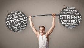 Homme musculaire combattant avec l'effort photographie stock libre de droits