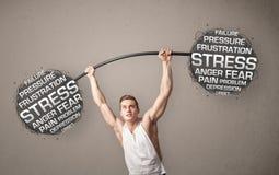 Homme musculaire combattant avec l'effort image libre de droits