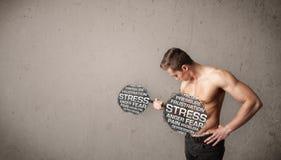 Homme musculaire combattant avec l'effort images stock