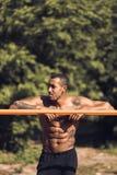 Homme musculaire d'afro-américain faisant la pause pendant la séance d'entraînement de matin photo libre de droits