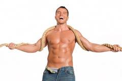 Homme musculaire de constructeur avec la corde Photo libre de droits