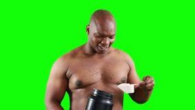 Homme musculaire de sourire tenant la protéine banque de vidéos
