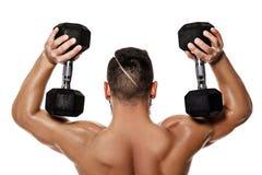 Homme musculaire faisant des exercices avec des haltères photos stock