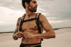 Homme musculaire faisant la pause de la formation extérieure Photo stock