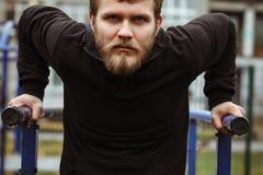 Homme musculaire pendant sa séance d'entraînement sur la rue Photo libre de droits