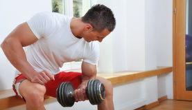 Homme musculaire puissant photo stock
