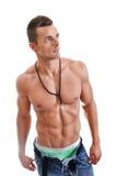 Homme musculaire puissant posant sur un fond blanc photos stock
