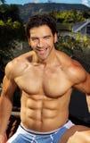 Homme musculaire sans chemise heureux photographie stock libre de droits