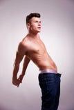 Homme musculaire sans l'étirage de chemise images stock
