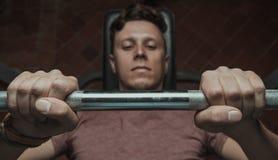 Homme musculaire soulevant un barbell photo libre de droits