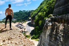 Homme musculaire sportif de randonneur sur la colline en été Sport en plein air Image stock