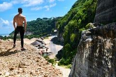 Homme musculaire sportif de randonneur sur la colline en été Sport en plein air Photographie stock