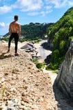 Homme musculaire sportif de randonneur sur la colline en été Sport en plein air Photographie stock libre de droits