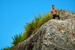 Homme musculaire sportif de randonneur sur la colline en été Sport en plein air Photo libre de droits
