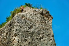 Homme musculaire sportif de randonneur sur la colline en été Sport en plein air Image libre de droits