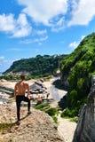 Homme musculaire sportif de randonneur sur la colline en été Sport en plein air Photos libres de droits
