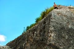 Homme musculaire sportif de randonneur sur la colline en été Sport en plein air Images stock