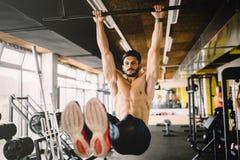 Homme musculaire travaillant sur six paquets photo stock
