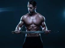 Homme musculeux sans chemise magnifique tenant une épée photos stock