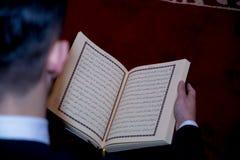 Homme musulman Coran de lecture Photographie stock