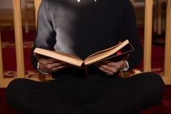 Homme musulman Coran de lecture Images libres de droits