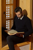 Homme musulman Coran de lecture Image stock