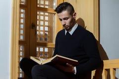 Homme musulman Coran de lecture dans la mosquée Photographie stock libre de droits
