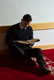 Homme musulman Coran de lecture dans la mosquée Photos libres de droits
